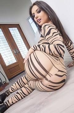 Jynx Maze seducing with her butt