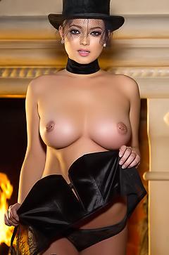 Brunette babe Chelsie Aryn