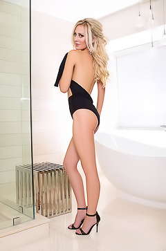 Cybergirl Shannon Troy - naked in the bathroom
