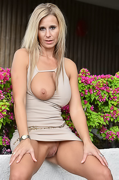 Sweet blonde MILF Ainslee
