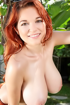 Funny babe Tessa Fowler showing boobs