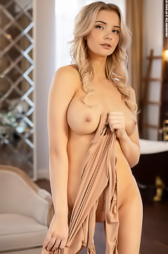 Yummy Blonde Piper: Shower Guest